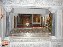 ... o parte din Moastele Sfntului Nectarie, din Manastirea Sfanta Treime ...
