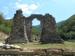 ... ruinele vechii manastiri ...